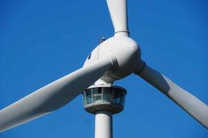 Grüner Strom wird oft von Windrädern produziert.